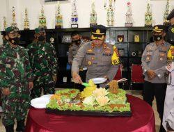 Menyambut HUT TNI ke-76, Kodim 0412/Lampung Utara Potong Tumpeng Diserahkan Oleh Kapolres